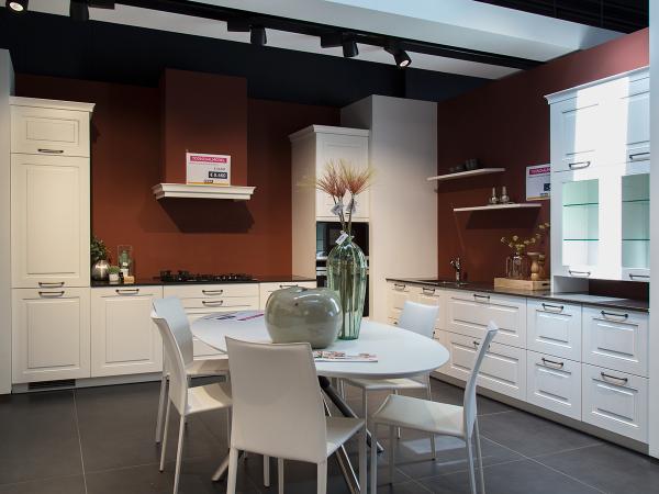 Toonzaalmodel: gelakte landelijke keuken incl. toestellen wit deba
