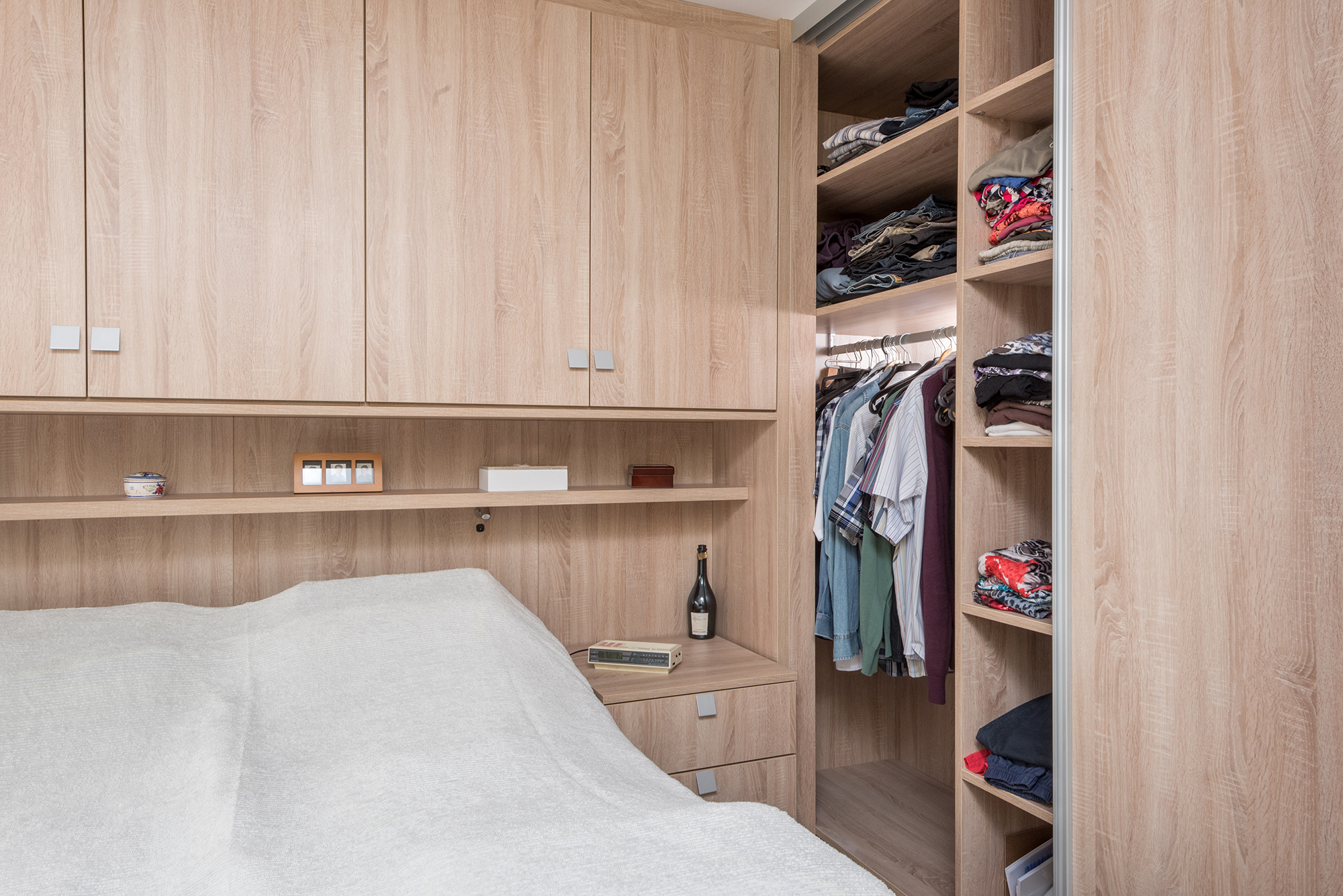Slaapkamer met brug realisaties maatwerk deba meubelen
